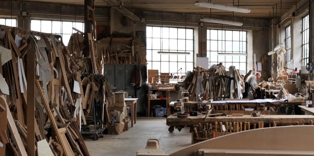 ATELIER : Menuiserie de style, ébénisterie, moulures et sculptures, le travail de tapisserie, garniture et finitions (peinture, teinture, dorure à la feuille) sont exécutés dans notre atelier parisien dédié au travail de finitions et situé au 86-88 rue de Charenton, à proximité immédiate du showroom. Nos modèles de collection sont fabriqués dans des dimensions standard; nous pouvons les réadapter dans celles de votre choix, tout en conservant l'esthétique de la pièce, la spécialité de la maison étant la réalisation de pièces sur-mesure, ainsi que la personnalisation du mobilier. Nos finitions sont réalisées à la contremarque; vous êtes ainsi libres de choisir le type de patine ou de dorure en fonction de votre décoration d'intérieur, des tissus et de vos goûts