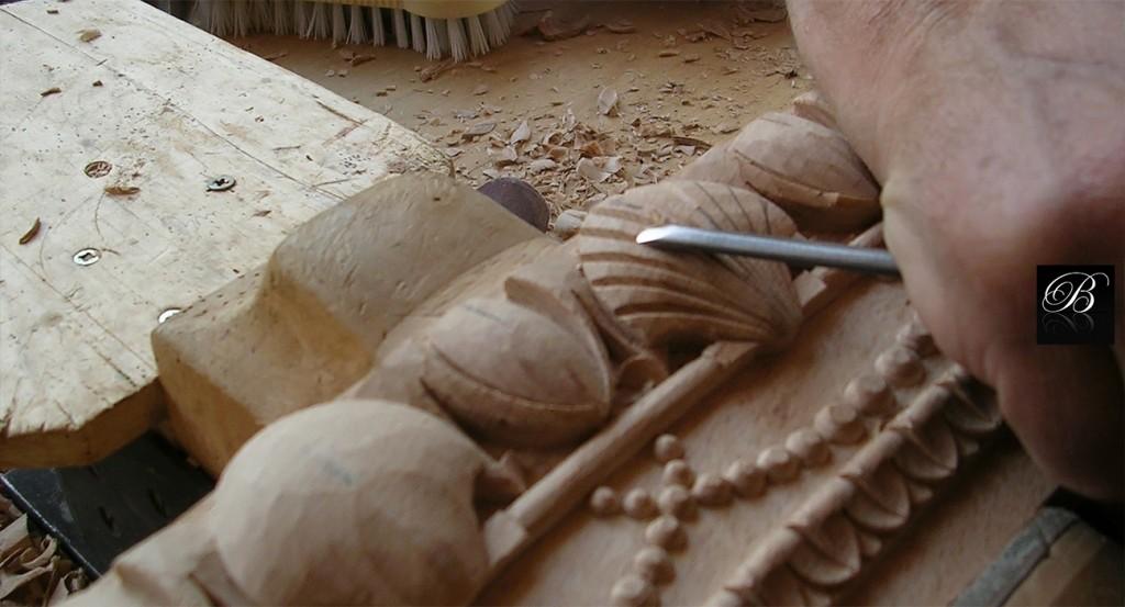 Ebénisterie - Sculpture Les bois bruts à partir desquels sont usinées les carcasses sont spécialement sélectionnés en forêt dans les Vosges avant coupe des arbres. Nous adhérons, à cet effet, à la norme PEFC, Promouvoir la gestion Durable de la Forêt. Notre fabrication est, par conséquent, à 90% en hêtre français; cependant, nous pouvons également réaliser les pièces, selon vos souhaits, à partir de bois indigènes tels que le merisier, le noyer ou encore le chêne. L'acajou et autres bois précieux proviennent de pays homologués (Afrique, Brésil, Amérique du Nord). Les carcasses sont garanties à vie dans des conditions normales d'utilisation. Chaque pièce réalisée est unique et possède ainsi la signature d'un travail artisanal d'exception, soucieux du respect de l'environnement et gage d'une qualité haut de gamme.