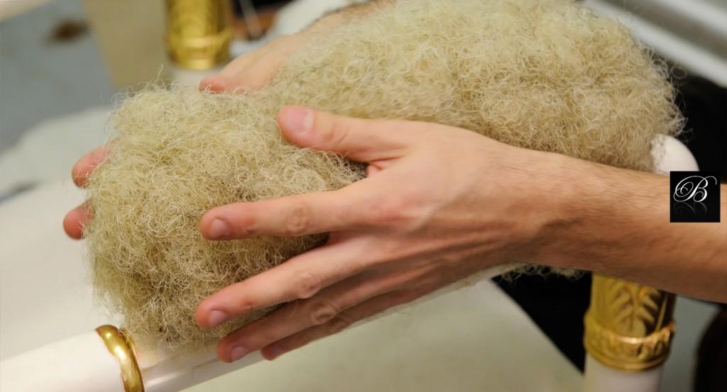 Garnissage - Tapisserie La garniture des sièges est réalisée, soit de manière traditionnelle en crin, soit semi-traditionnelle. Nous pouvons aussi travailler avec des mousses Bultex afin d'adapter la garniture selon vos souhaits : inodore, confort rigide ou souple, etc. De la même façon, les coussins peuvent se composer de duvet d'oie, mélange de plumes et duvet, auquel on peut ajouter des particules de mousse, etc. Cela dépend du type de confort que le client souhaite obtenir pour l'assise de son siège. Les finitions ne sont entreprises que quand la garniture et le tissu sont posés. Concernant la tapisserie, la société BALCAEN travaille en partenariat avec les principaux fournisseurs de tissus d'ameublement, tels que: Tassinari&Châtel et Lelièvre, Pierre Frey, Rubelli, Colony, la Manufacture Prelle et bien d'autres.